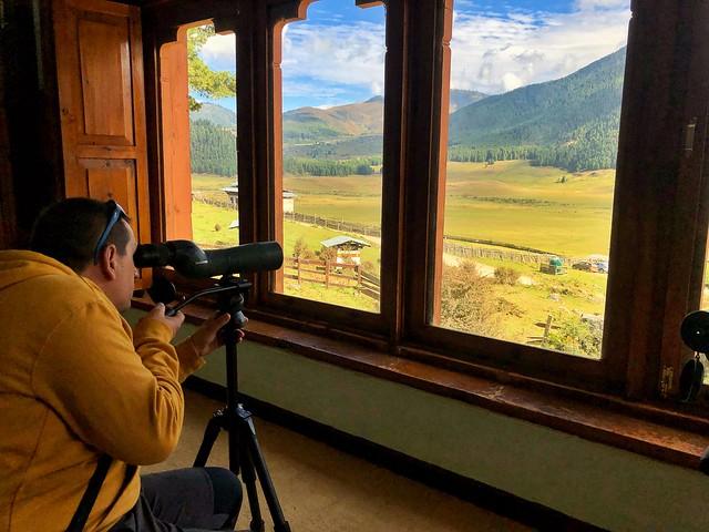 Sele buscando grullas en el Valle de Phobjikha en Bután