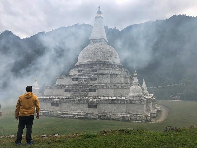 Sele mirando una estupa en Bután