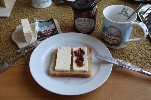 Cheshire mit TipTree Chutney auf Toast