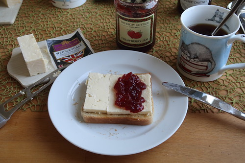 Wensleydale mit Strawberry Jam auf Toast