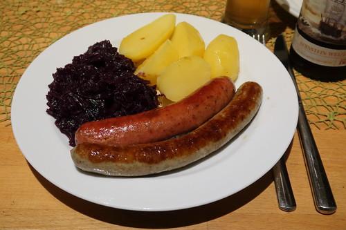 Schweinebratwurst und Krakauer zu Rotkohl und Salzkartoffeln mit Bratfett