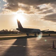La hora dorada en Aeroparque es hermosa para las fotos #iphone11pro #avgeek #a320 #latamgram