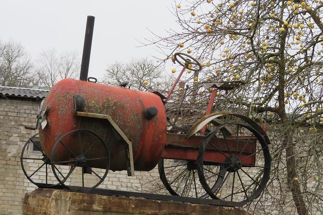 Ausammas traktorile / Tractor statue
