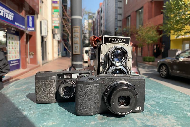 02偽東京いい道しぶい道 並木通り入口本日のカメラ