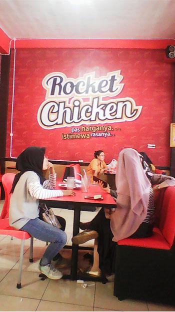 dalam-resto-modern-rocket-chicken