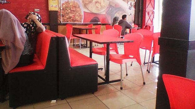 meja-kursi-restoran-rocket-chicken