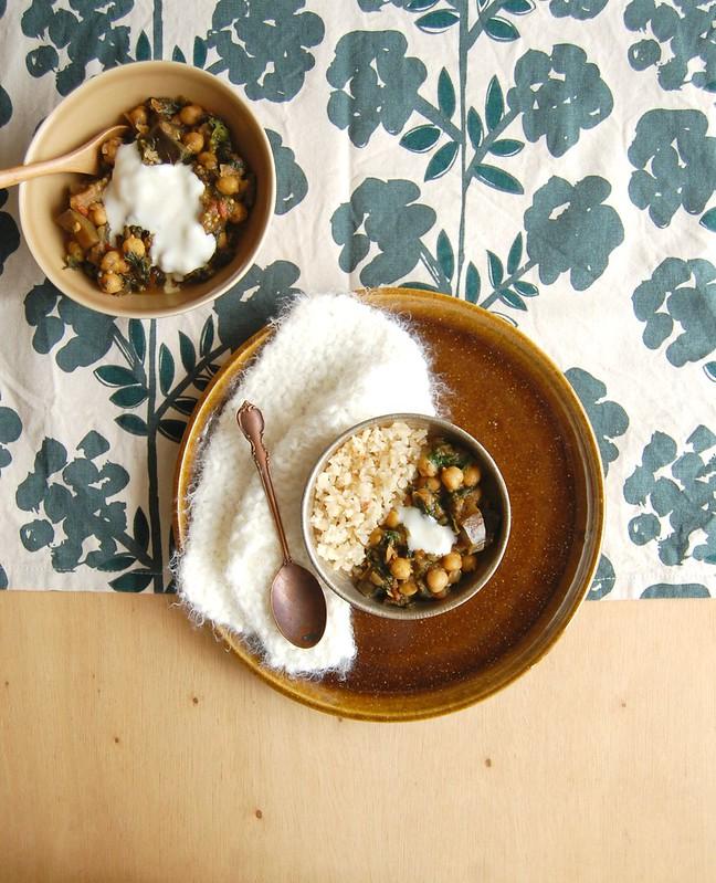 Curry de berinjela, grão-de-bico e espinafre