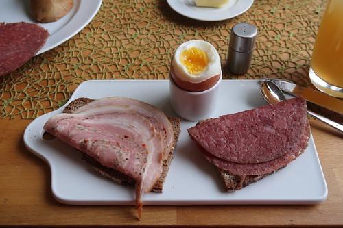 Rollbraten und Cornedbeef auf Bauernbrot zum Frühstücksei