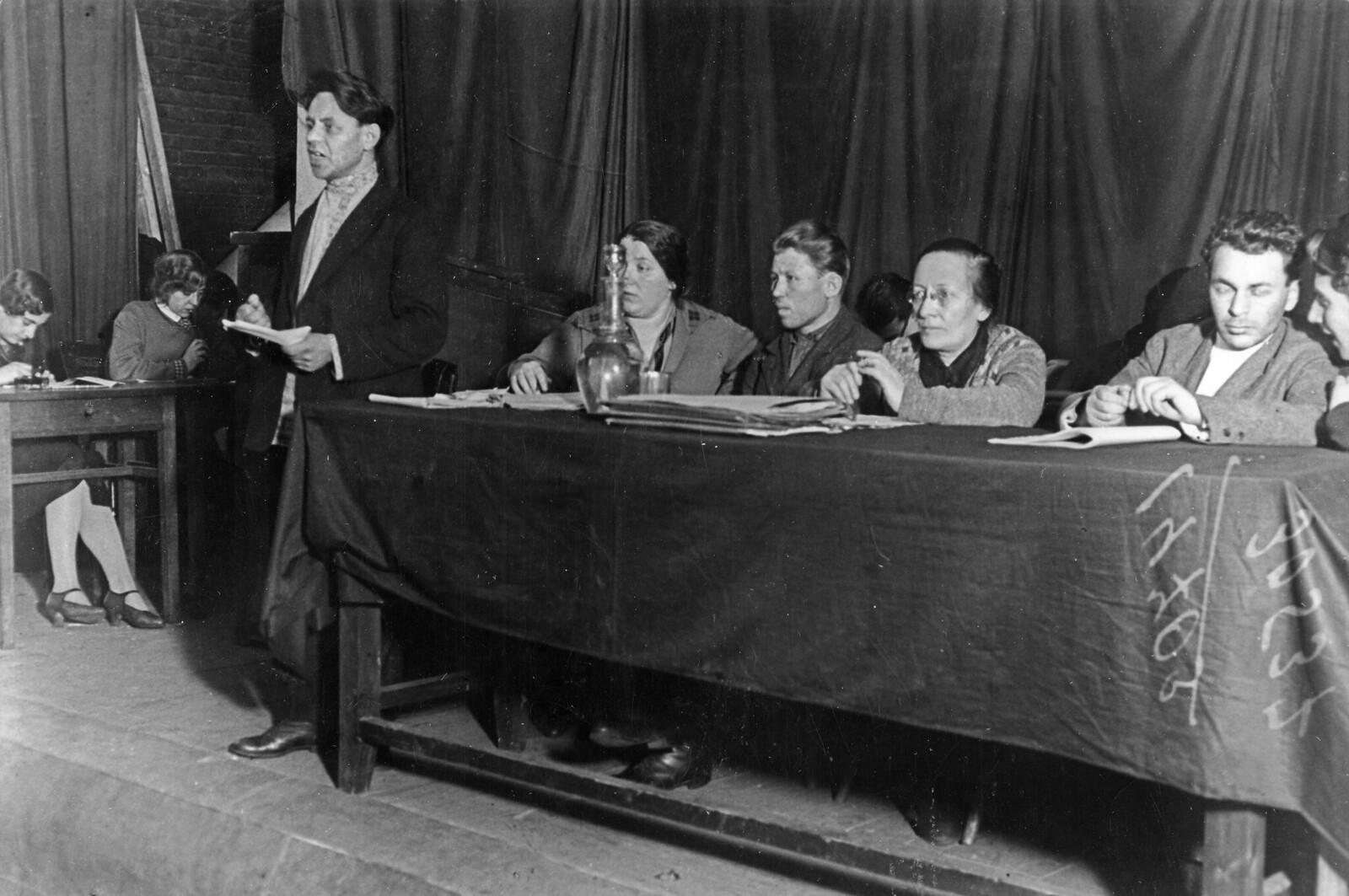 1933. Розалия Землячка (сидит в очках) во время процесса чистки в кооперативе в Москве