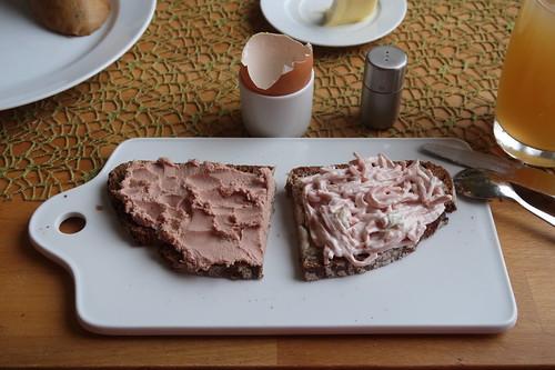 Geräucherte Leberwurst und Fleischsalat Rollbraten und Cornedbeef auf Bauernbrot