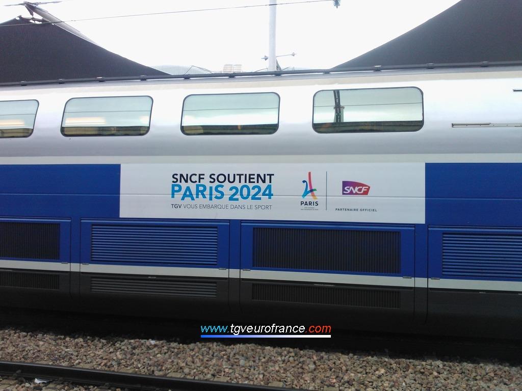 Le TGV Dasye 718 arborant un autocollant indiquant que la SNCF est partenaire officiel des Jeux Olympiques 2024 à Paris
