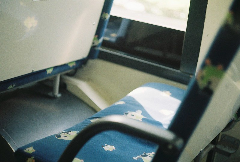 005Leitz Ⅲf+Summicron 50mm f2 0+Kodak Color Plus200浅草詣で浅草雷門行きバス内