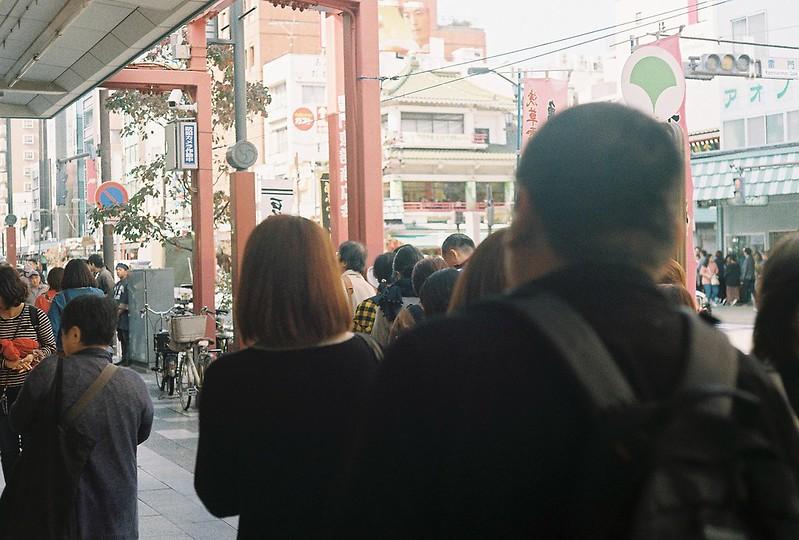 008Leitz Ⅲf+Summicron 50mm f2 0+Kodak Color Plus200浅草詣で浅草雷門通り