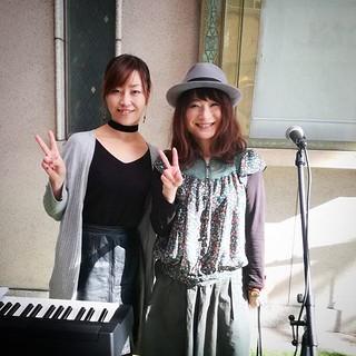 本日のモトロク路上ライブは上河内美里さんと!綺麗な声だよー。