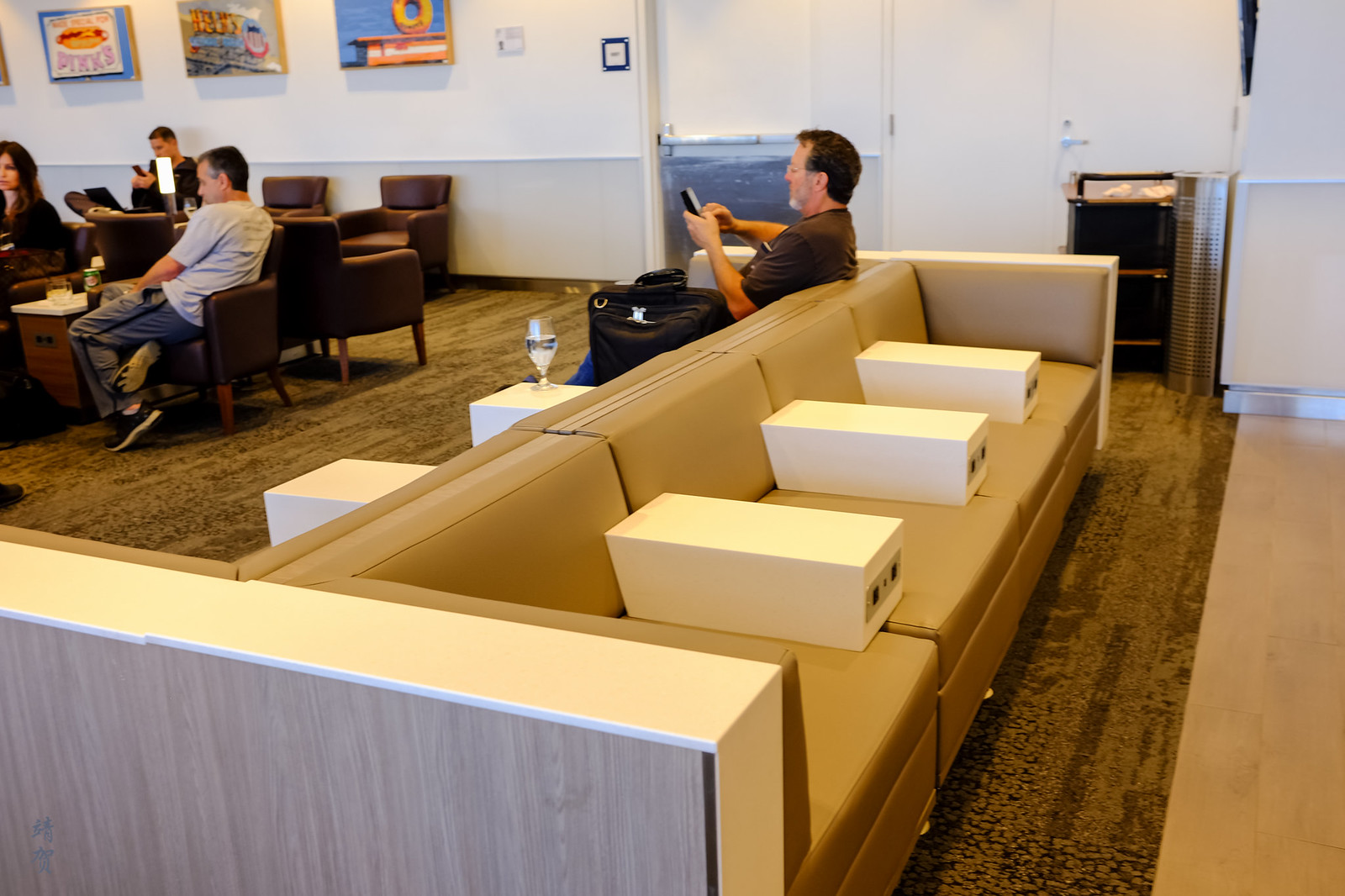 Bench seating with armrest dividers