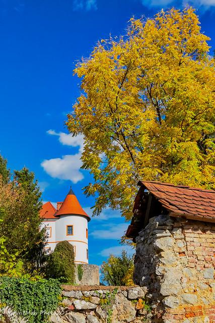 Kaštel Ozalj - jesenski pogled na jednu kulu