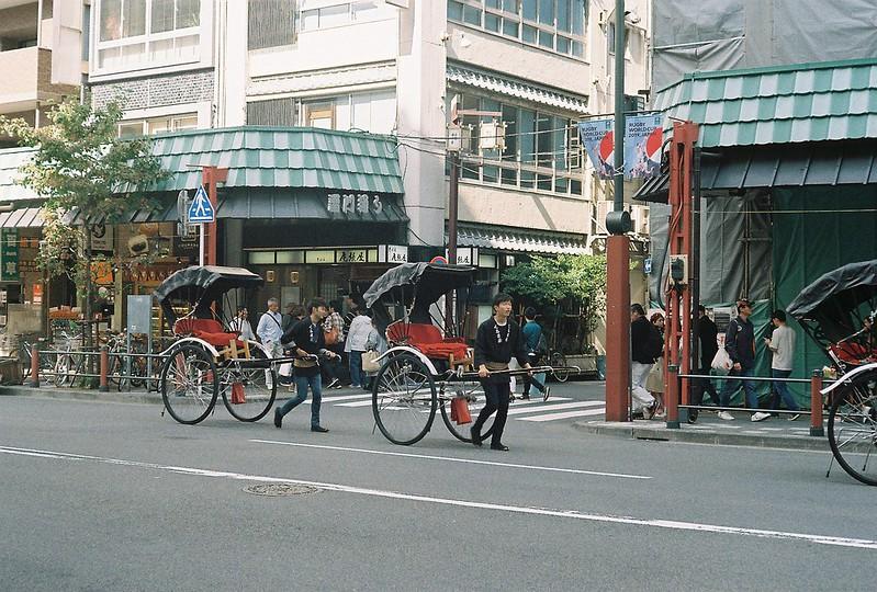 031Leitz Ⅲf+Summicron 50mm f2 0+Kodak Color Plus200浅草詣で浅草雷門通り