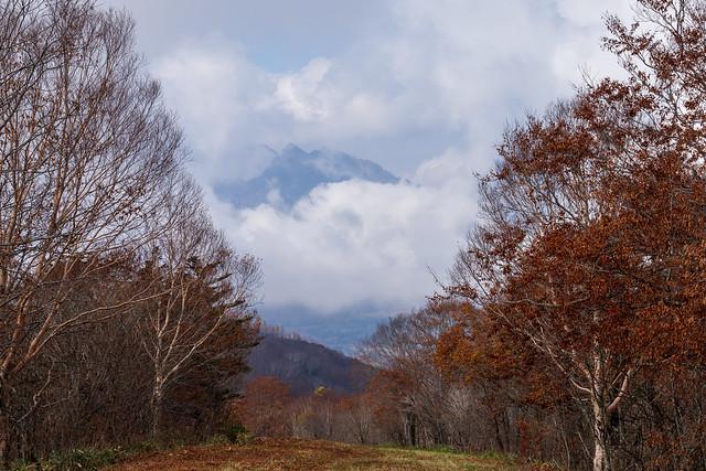 ゲレンデを下りながら・・・戸隠連峰の岩稜