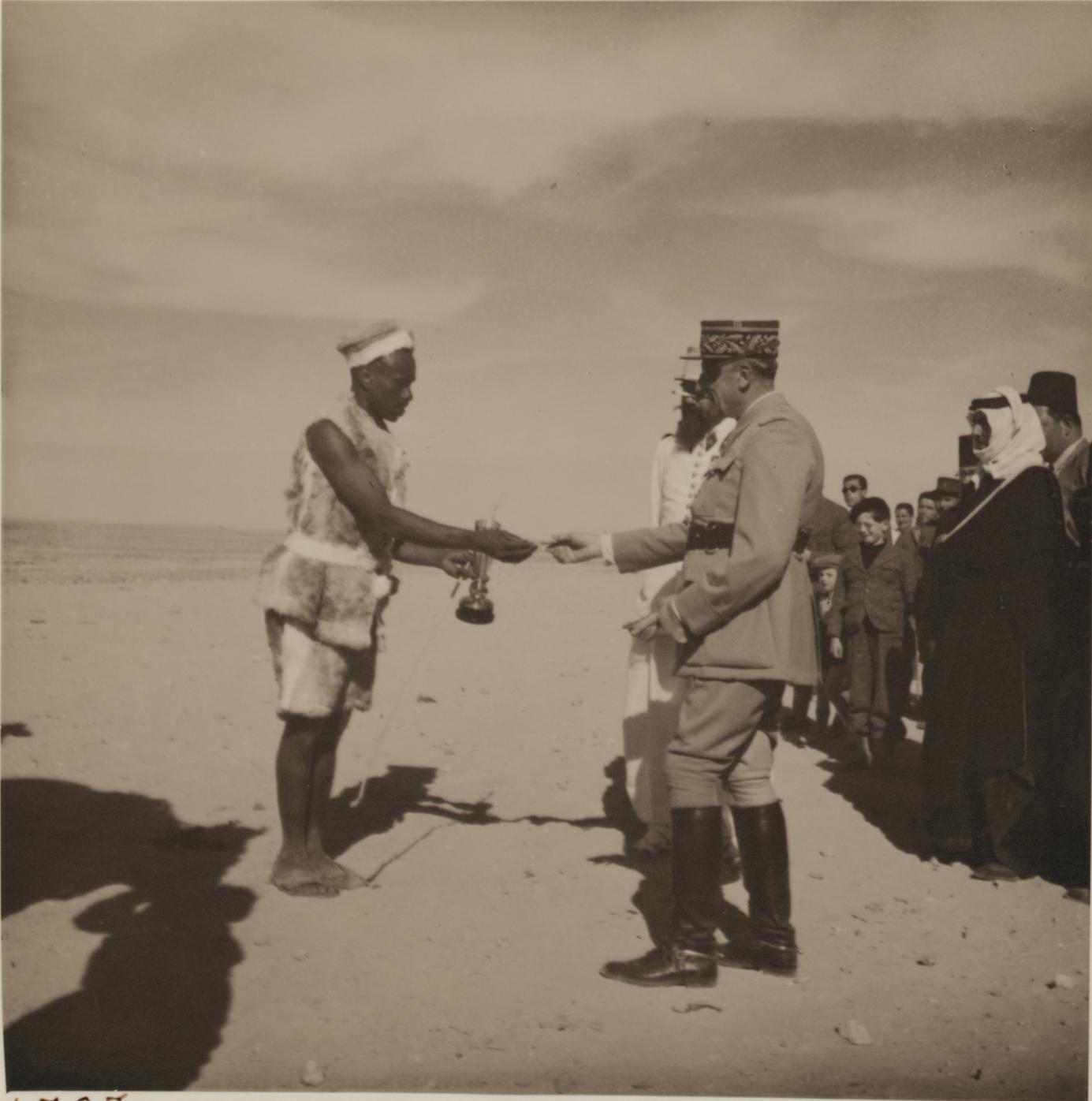 08. Французский генерал раздает призы