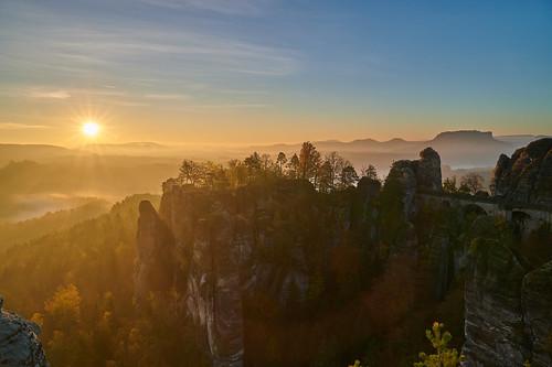 bastei basteibrücke basteifelsen saxony sachsen sächsischeschweiz saxonswitzerland elbsandsteingebirge elbesandstonemoutains sunrise fog mist osterzgebirge felsenburgneurathen