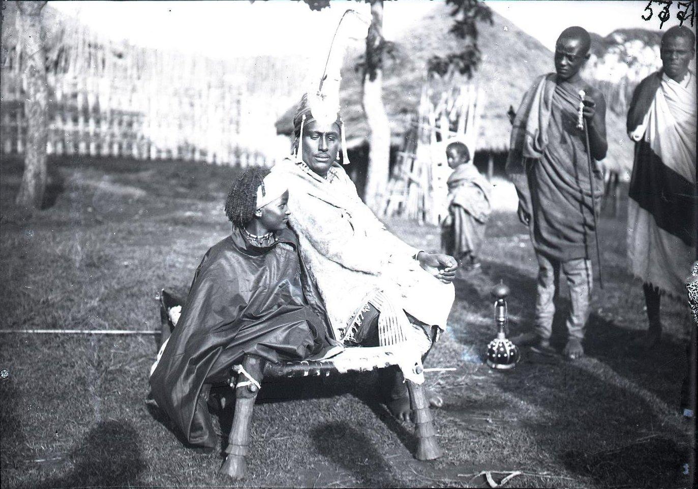577. Вождь Мигеро с сыном в парадной форме