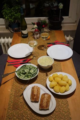 Auf der Haut gebratenes Zanderfilet zu Salzkartoffeln mit Senf-Dill-Soße und Gurkensalat (Tischbild)