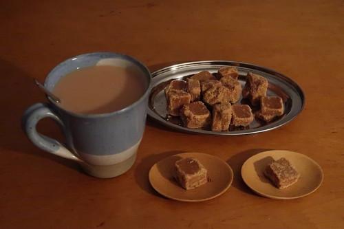 Mürber Fudge mit Seesalz zum englischen Tee mit Milch und Zucker