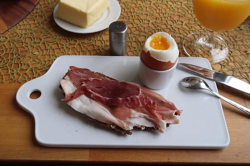 Schinken vom Bunten Bentheimer Schwein auf Landbrot zum Frühstücksei
