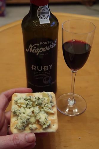 Blue Stilton auf Cracker zu Portwein