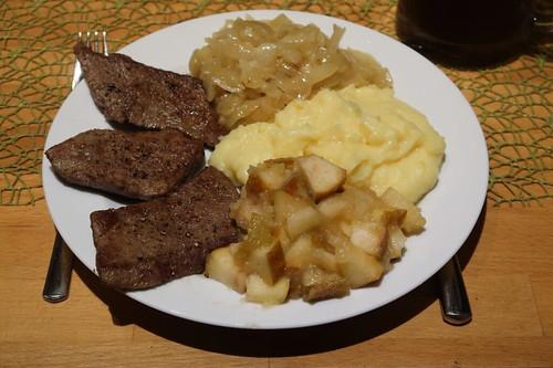 Rinderleber mit Apfelkompott, geschmorten Zwiebeln und Kartoffelstampf (mein Teller)