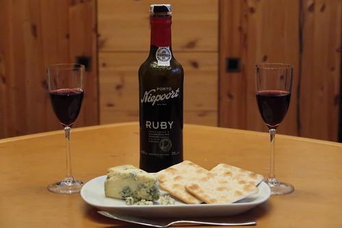 Portwein zu Blue Stilton und Crackern
