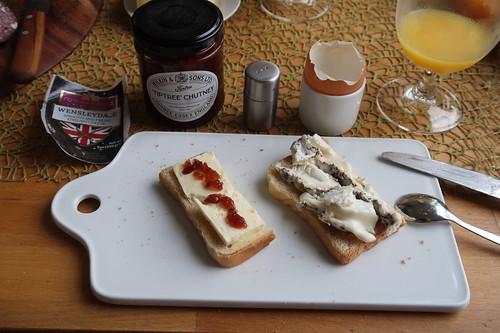 Wensleydale mit Tiptree Chutney und Merlinkäse auf Toast