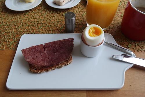 Cornedbeef auf Rüblidinkelbrot zum Frühstücksei