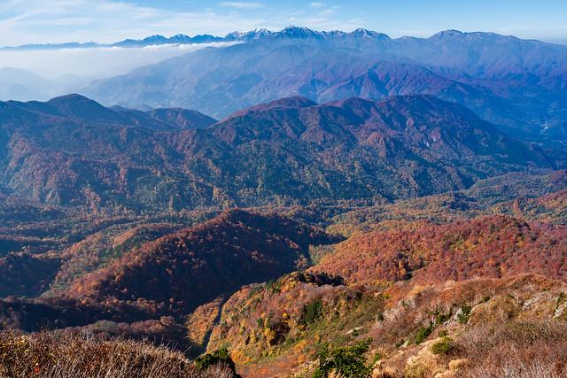 紅葉の山肌の先に北アルプス@雨飾山・西峰