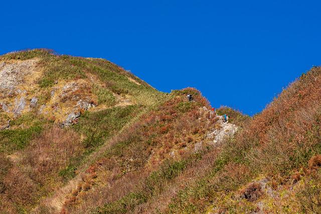 笹平へ登る登山者