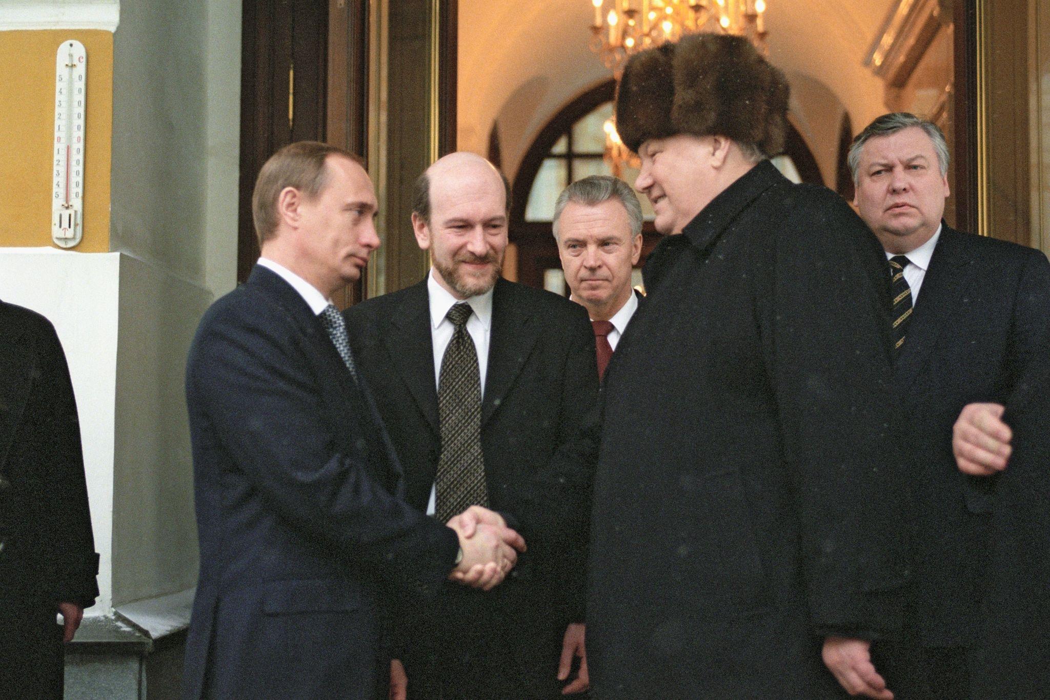 1999. Уходящий президент России Борис Ельцин пожимает руку исполняющему обязанности президента Владимиру Путину, покидая московс