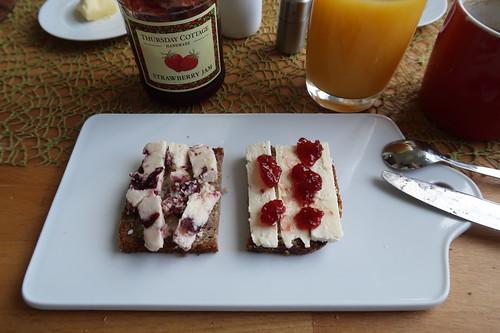 Wensleydale Cranberry Cheese und Cheshire mit Erdbeermarmelade auf Vollkornbrot