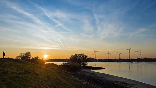 elbe fluss river sonnenuntergang sunset fotograf photograph windrad windräder drennhausen niedersachsen landschaft