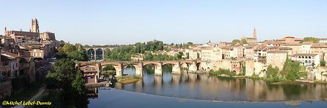 Vue panoramique sur les berges du Tarn, le Pont-Vieux, le Quartier de la Madeleine et la Cathédrale Sainte Cécile