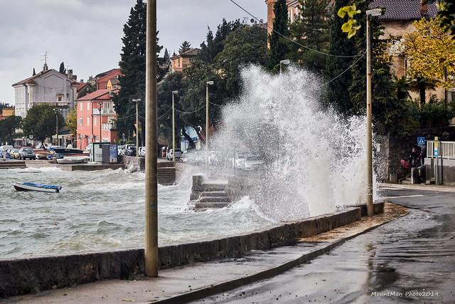 Razbijanje valova o stijene - Volosko, na obali