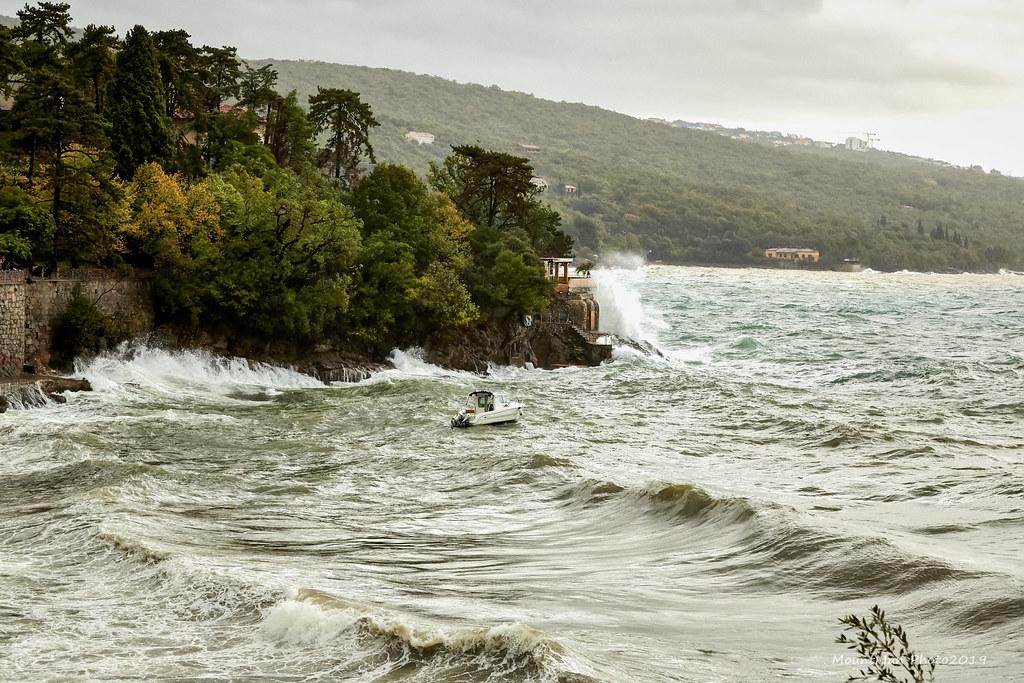 Razbijanje valova o stijene - Volosko, kod Klinike InterDial
