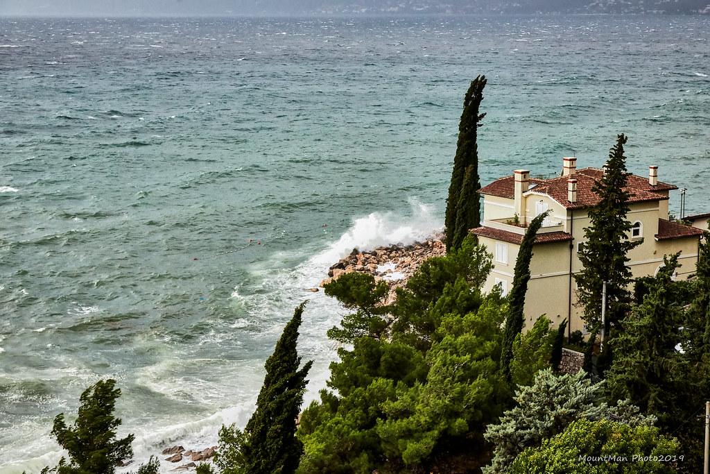 Razbijanje valova o stijene - Rijeka, kod Vile Nore