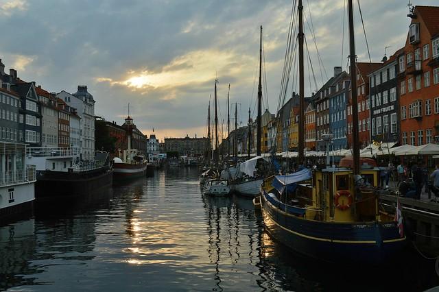 Copenaghen, il porto canale di Nyhavn fra sole e nuvole