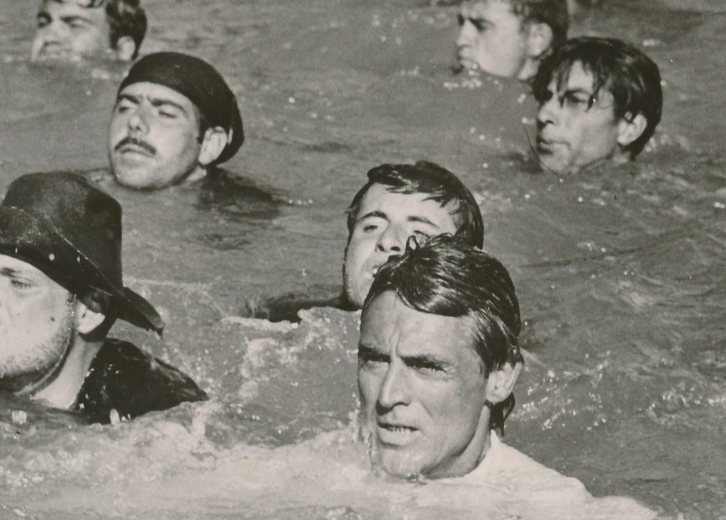 Cary Grant en las aguas del Tajo en Toledo en 1956 durante el rodaje de Orgullo y Pasión. Colección Personal de Luis Alba