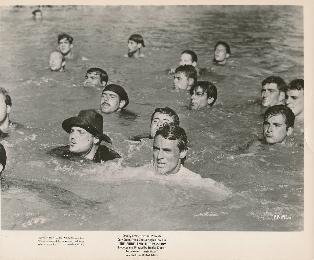 Cary Grant en las aguas del Tajo en Toledo en 1957 durante el rodaje de Orgullo y Pasión. Colección Personal de Luis Alba