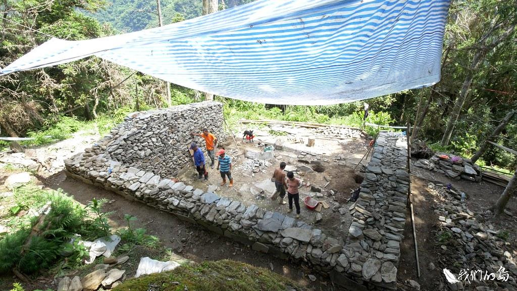 2017年花蓮縣文化局與布農族人,決定修復佳心舊部落的一棟石板屋。