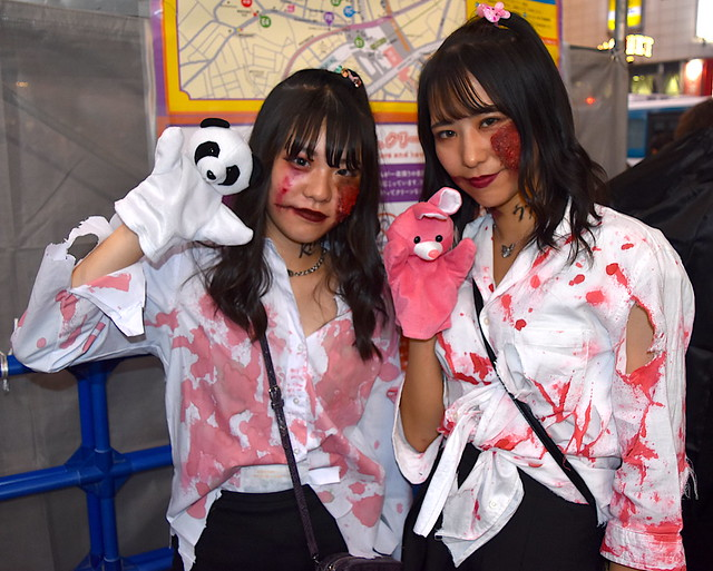 Kawaii and Kowai (Cute&Scary) Zombie Puppet Girls on Halloween in Shibuya