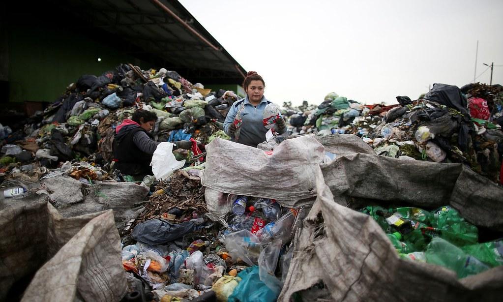 回收人員於布宜諾斯艾利斯外圍地區分類垃圾。(圖片來源:Agustin Marcarian/Reuters)