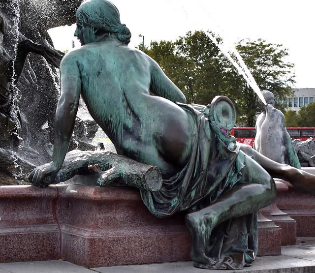 Neptunbrunnen statue