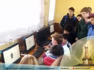 Alumnos del IASJO mostrando software de diseño paramétrico